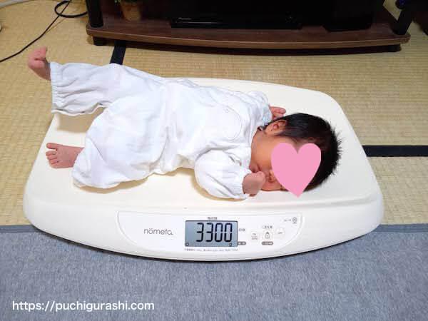 ベビースケールに乗った赤ちゃん